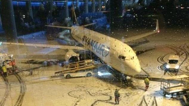 La foto del pene gigante disegnato all'aeroporto di Dublino