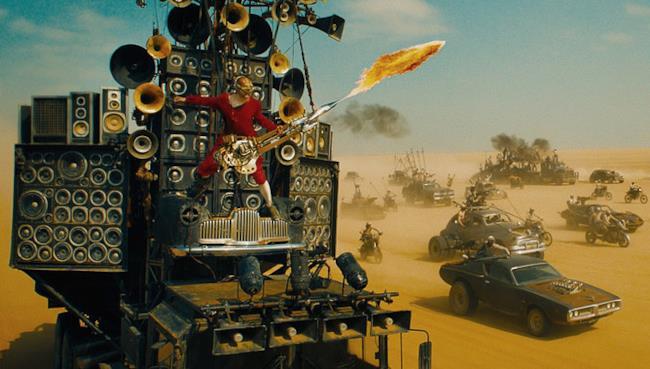 Il Doof Warrior e la sua chitarra fiammeggiante, da Mad Max: Fury Road