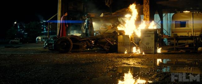 Batman v Superman: i due eroi a confronto in un'immagine ufficiale