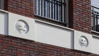Due emoji sulla facciata