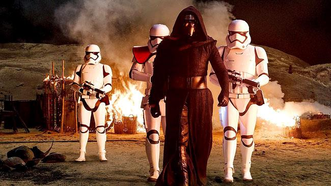 Kylo Ren con degli Stormtroopers