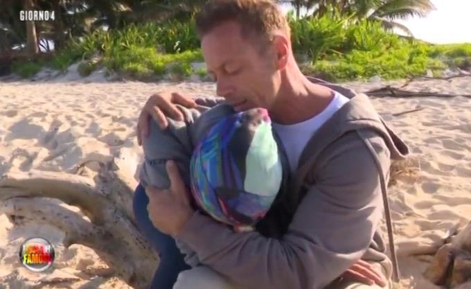 Rocco e Rachida piangono insieme e lui la consola
