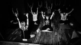 Una foto scattata durante le lezioni di Metal Yoga