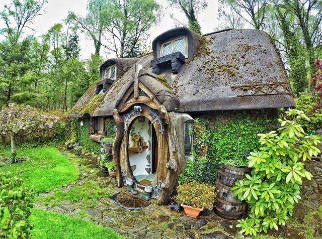 La facciata della casa dello Hobbit