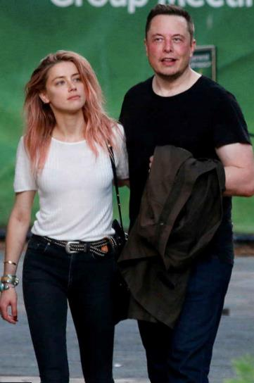 Elon Musk e Amber Heard in look casual