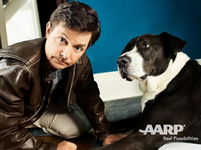 Michael J. Fox con un cane nello shooting di AARP