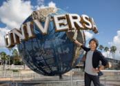 Shigeru Miyamoto di Nintendo posa accanto al logo Universal