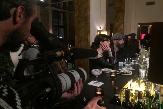 Bartendency: Alessandro Procoli e LaMario seguono con attenzione il bartender in azione