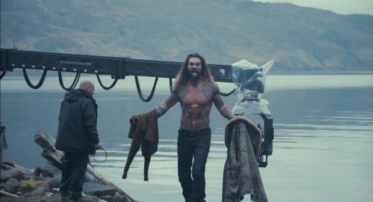 Jason Momoa è Aquaman in una serie di scatti dal film Justice League