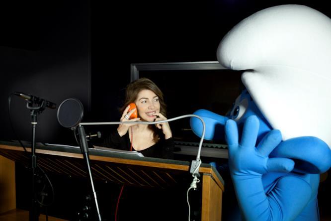 Cristina D'Avena insieme a uno dei Puffi