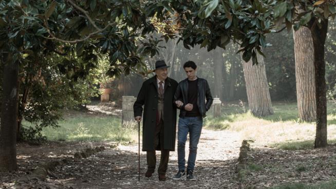 Giuliano Montaldo e Andrea Carpenzano in una scena di Tutto quello che vuoi