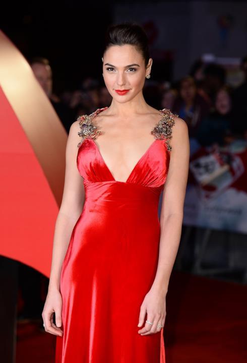 Gal Gadot si affida a un vestito di Prada rosso acceso per la la passerella londinese