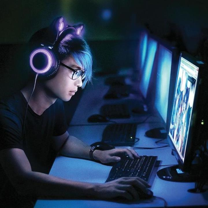 Gamer che usa le Cat Headphones con il proprio pc