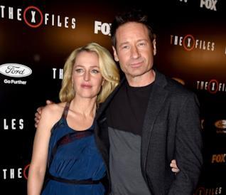 David Duchovny e Gillian Anderson abbracciati alla premiere della miniserie evento di X-Files