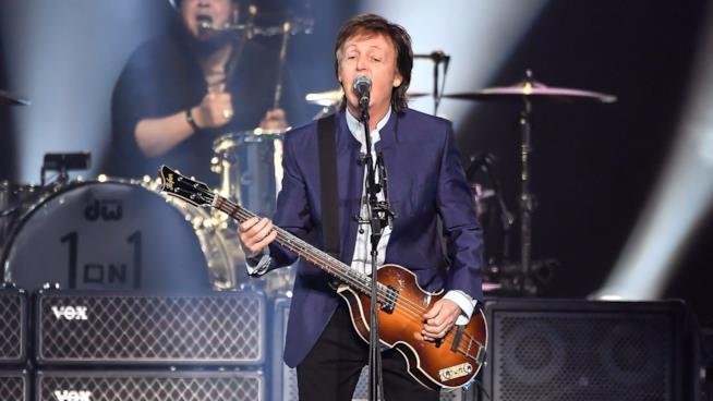 Paul McCartney sul palco durante un concerto