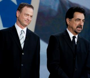 Gary Sinise e Joe Mantegna in giacca e cravatta