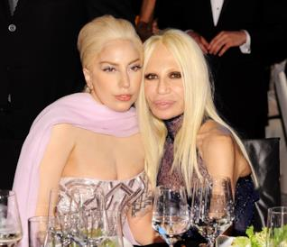 Una foto di Lady Gaga insieme alla sua amica Donatella Versace