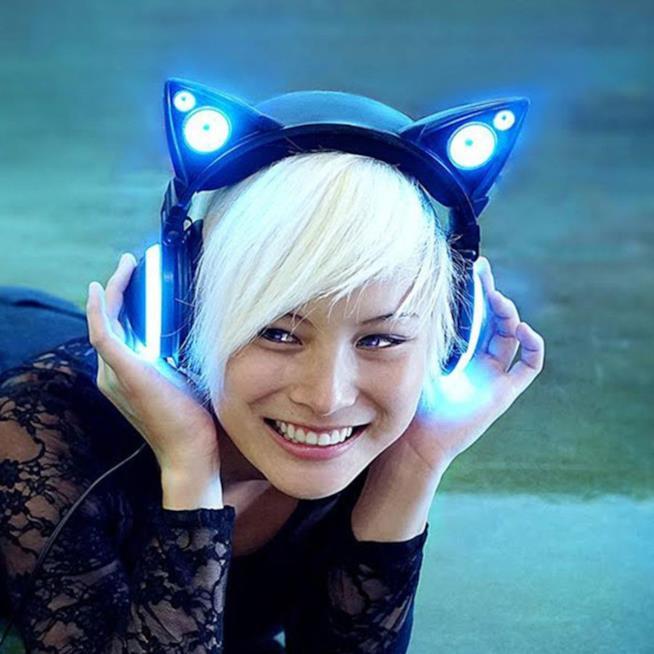 Una modella indossa le Cat Headphones.
