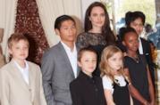 Primo piano di Angelina Jolie con i sei figli