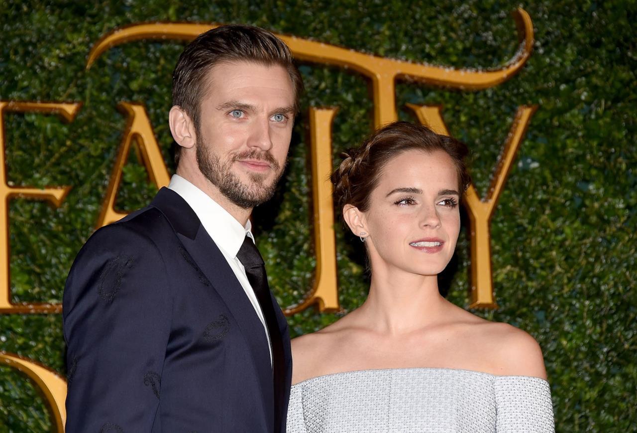 Primo piano di Emma Watson e Dan Stevens