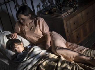 Emilia Clarke nei panni di Verena veglia Jacob in Voice from the Stone