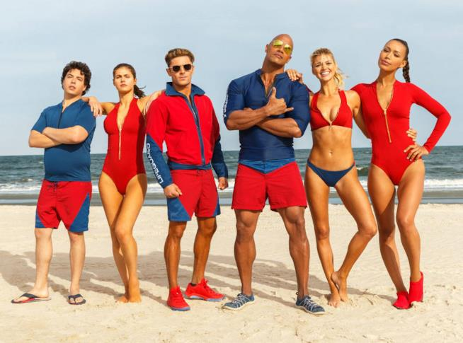 Baywatch: Dwayne Johnson e Zac Efron nel terzo trailer italiano
