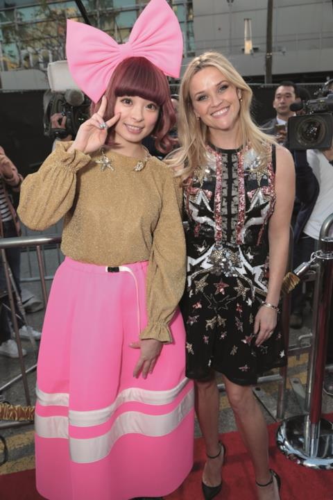 Sul red carpet della première di Sing  Kyary Pamyu Pamyu e Reese Witherspoo