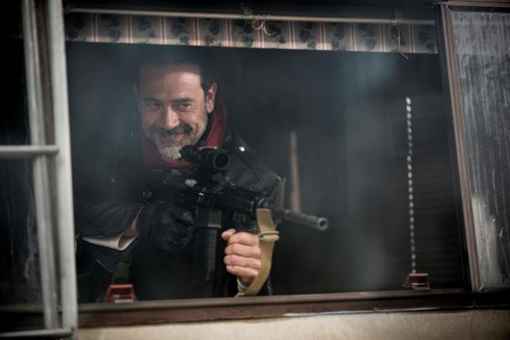 Negan imbraccia un'arma