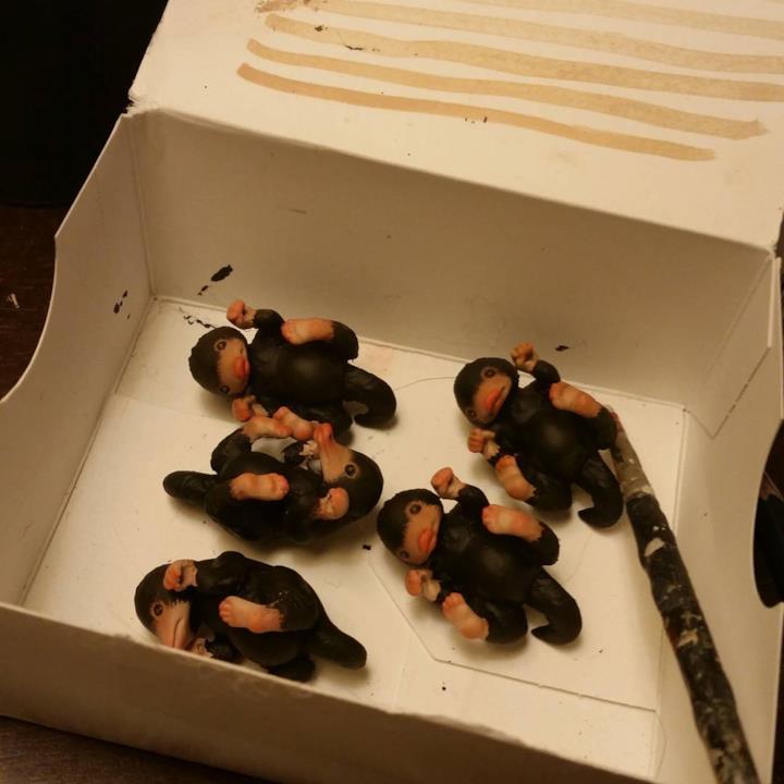 Alcuni ciondoli a forma di Snaso mentre vengono dipinti