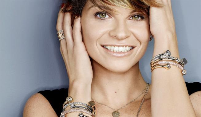 Alessandra Amoroso sorride felice del suo Vivere a colori tour