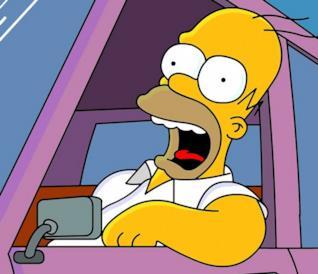 Homer Simpson guida una Plymouth Junkerolla
