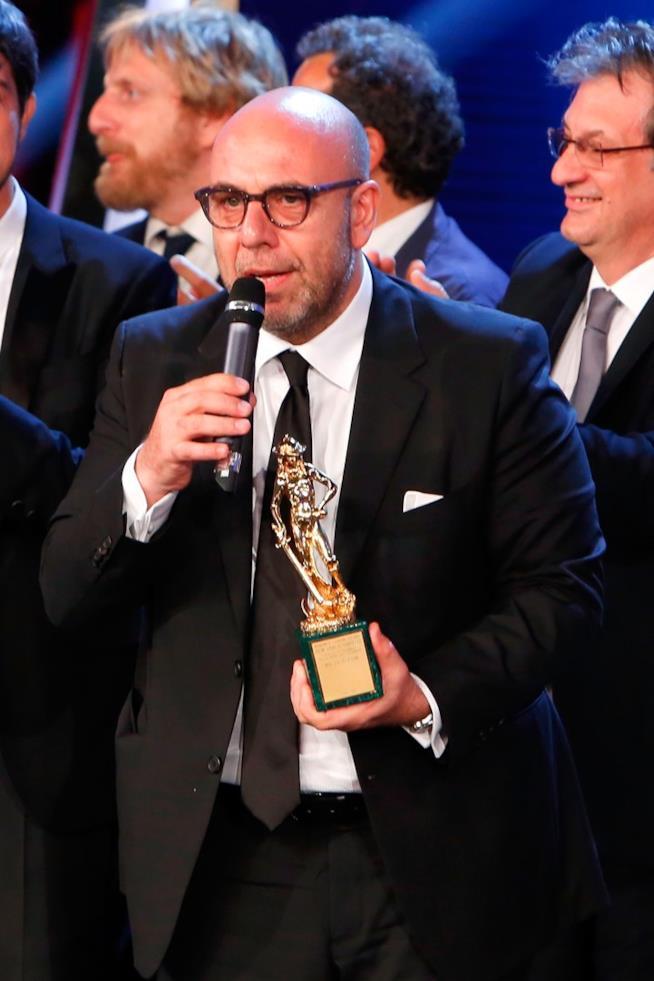 Il regista con la statuetta del David di Donatello