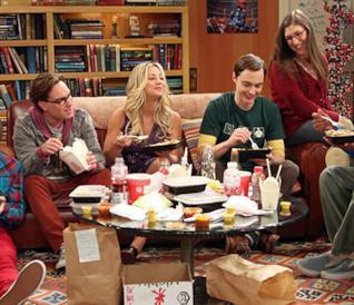 Il cast di The Big Bang Theory impegnato nel rito del pranzo