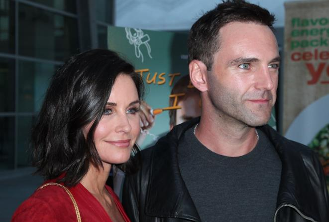 Primo piano di Courteney Cox e Johnny McDaid