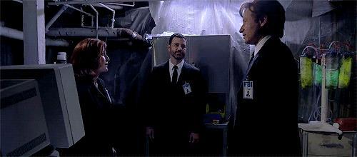 Mulder e Scully di baciano nella parodia di X-Files