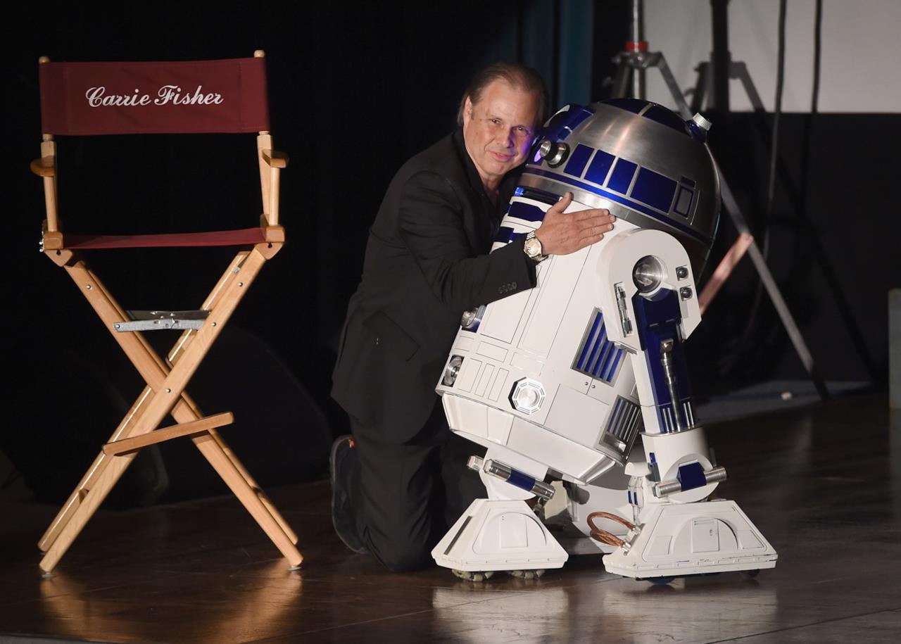 Todd Fisher con R2-D2 sul palco del memorial