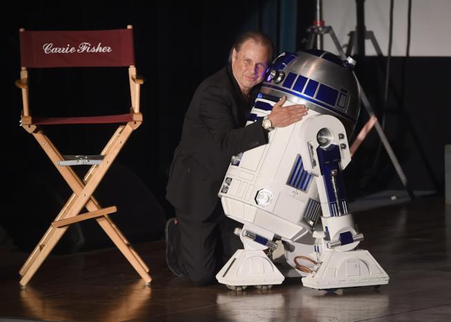 Todd Fisher e R2-D2 al memorial per Carrie Fisher e Debbie Reynolds
