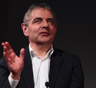 Rowan Atkinson durante una conferenza stampa