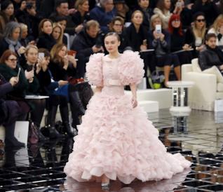 Lily-Rose Depp con l'abito da sposa Chanel e Karl Lagerfeld