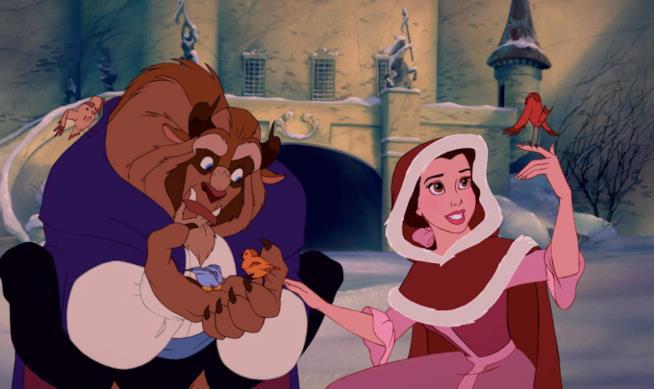 Belle e la Bestia giocano in giardino