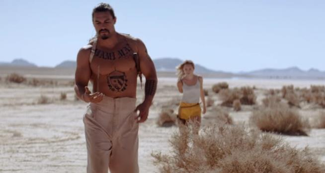 Jason Momoa e Suki Waterhouse in The Bad Batch