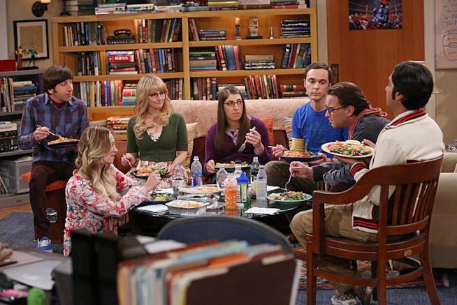 Gli interpreti principali di The Big Bang Theory riuniti nel salotto di Sheldon