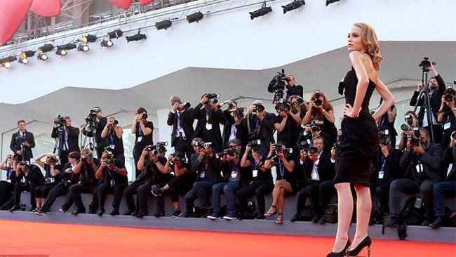 Lily-Rose, la figlia di Johnny Depp e Vanessa Paradis, incanta Venezia