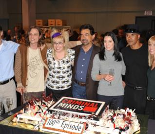 Il cast di Criminal Minds durante i festeggiamenti per il 100° episodio