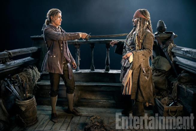 Henry con una spada al collo di Jack Sparrow