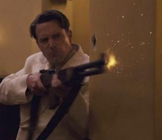 Ben Affleck impegnato in un conflitto a fuoco in una scena del film