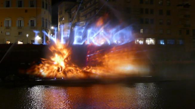 Firenze, lo spettacolo di Inferno proiettato in Arno