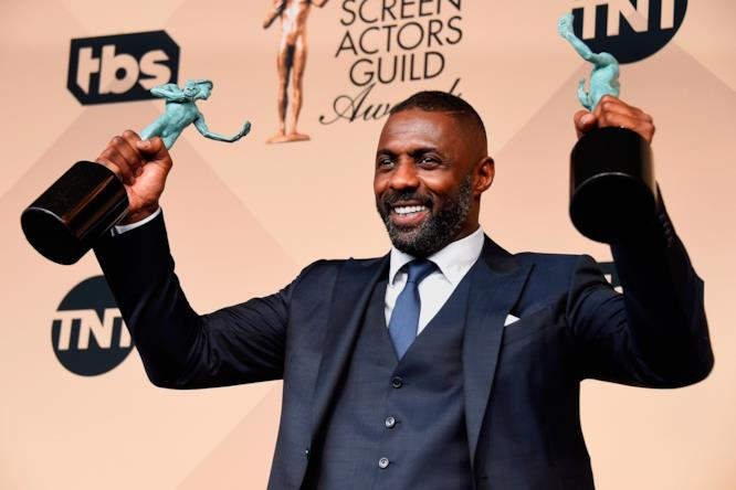 Idris Elba coi suoi premi ai SAG Awards 2016