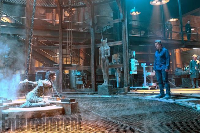La Mummia in catene di fronte a Nick Morton (Tom Cruise)