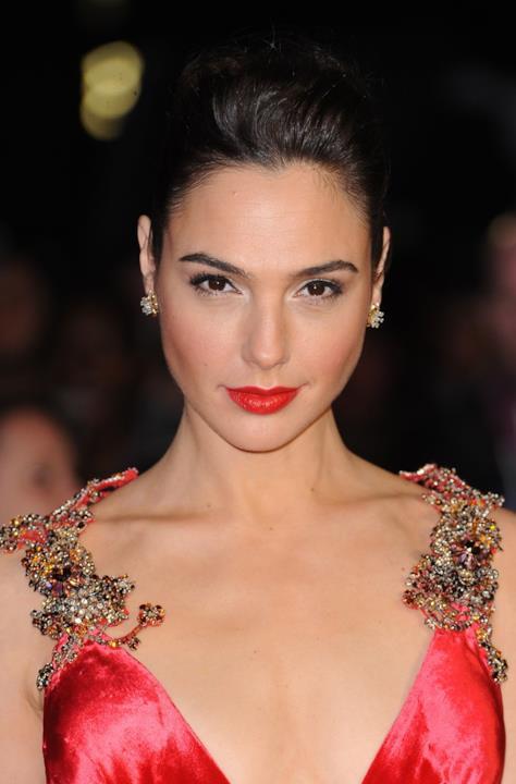 Gal Gadot abbina il rossetto al rosso acceso del vestito